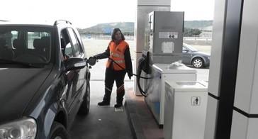 Dos amputados estrenan experiencia piloto de trabajo en gasolineras Repsol